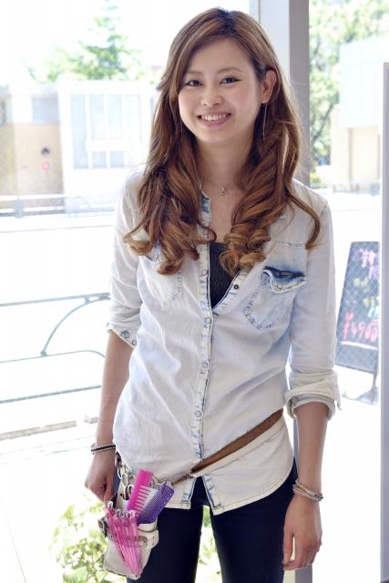 若い女性の美容師